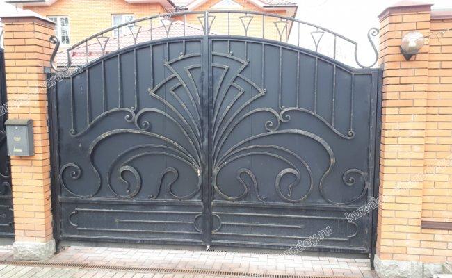Черные глухие кованые ворота. Железнодорожный.