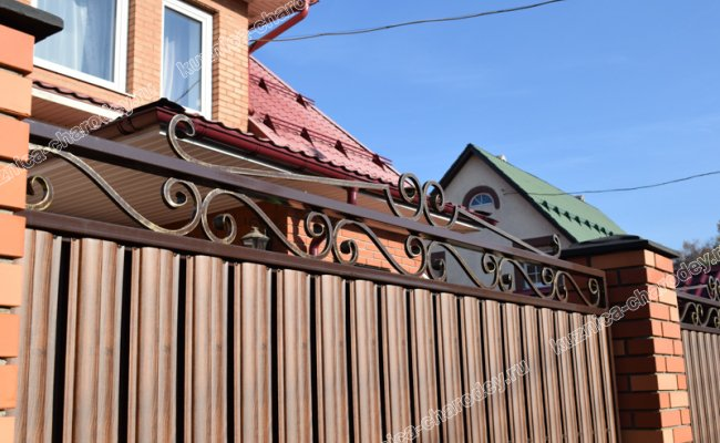 Кованый забор с профлистом и кирпичными столбами