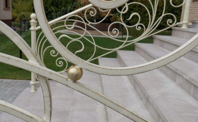 Светлые кованые перила на крыльцо