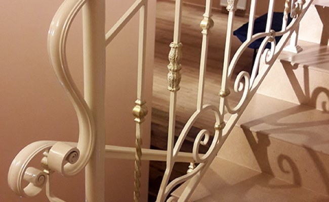 Белые кованые лестничные ограждения