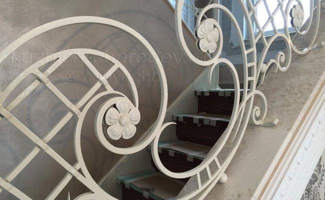 Перила кованые белые в частном доме