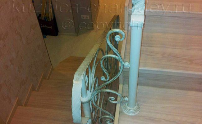 Кованые перила лестницы между этажами