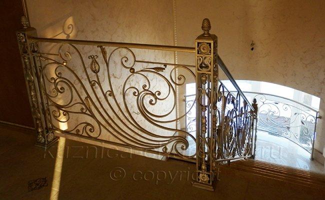 Внутри дома перила кованые вид сверху