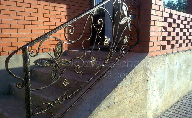 Кованые перила на лестнице крыльца