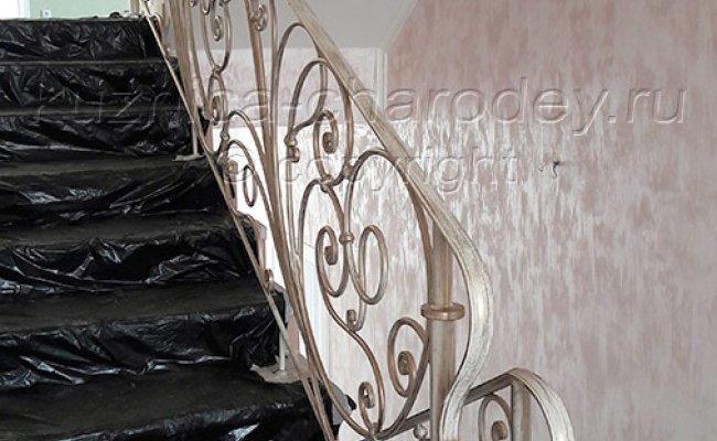 Ограждение на лестнице в доме кованое