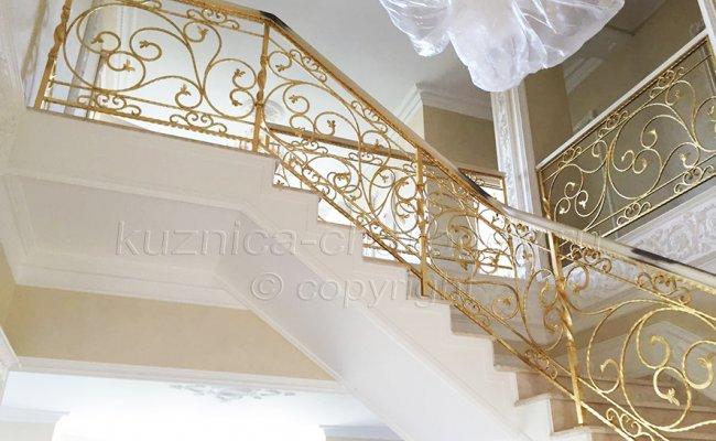 Перила кованые на лестнице внутри дома