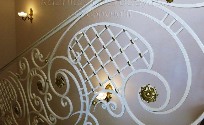 Секция кованых перил, установленных в частном доме