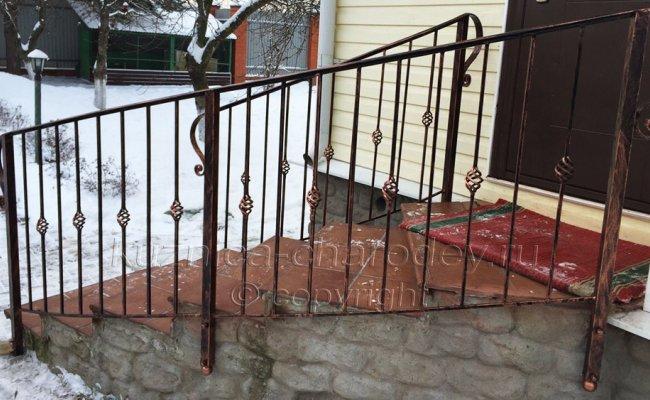 Кованое ограждение лестницы на улице