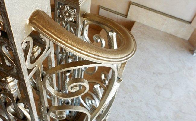 Поворотная часть кованых перил между этажами