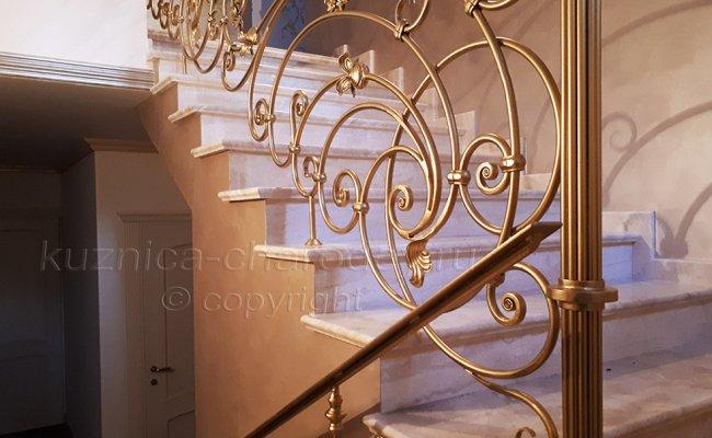 Перила на лестнице дома кованые