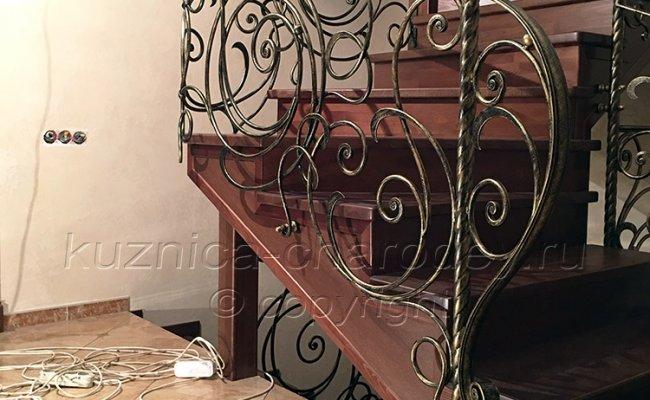 Кованые перила на лестнице с поворотом