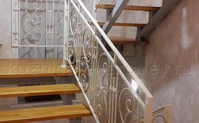 Белые кованые ограждения в доме