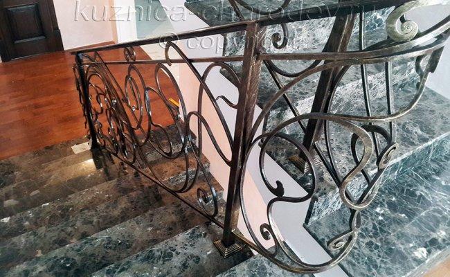 Кованые перила на лестницу коричневые