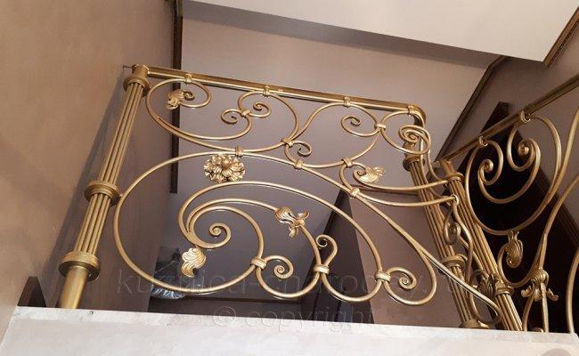 Верхний этаж дома с коваными перилами