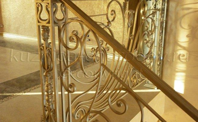 Верхний этаж, столбы кованых перил с шишечками