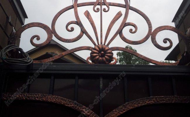 Кованый элемент на воротах
