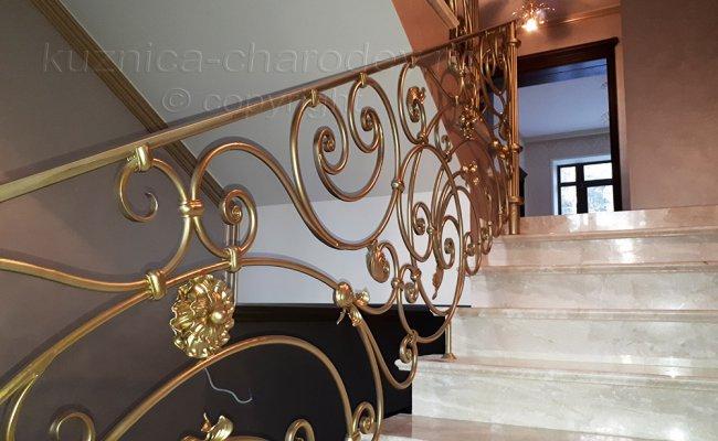 Лестничные кованые перила цвета золото