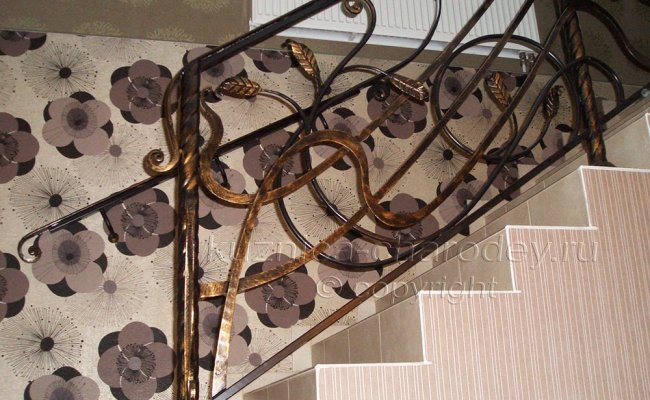 Ограждение лестницы с коваными элементами листья