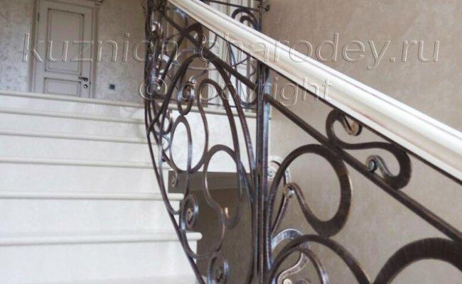 Верхний этаж дома, лестница с перилами