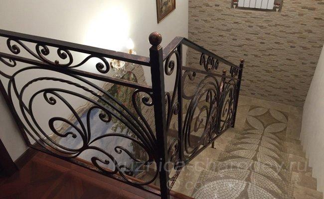 Лестничные кованые перила в доме