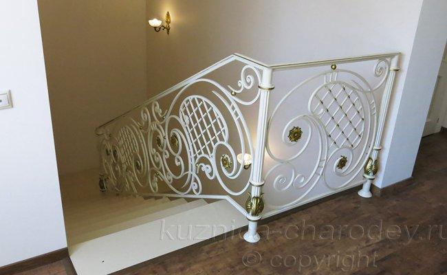 Перила лестничные кованые внутри дома