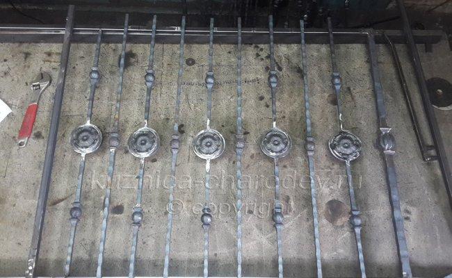 Подготовка секции кованых перил в кузнице