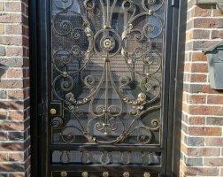 Кованые ворота с козырьком
