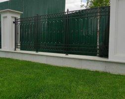 Кованый забор низкий с кирпичными столбами