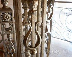 Декоративные кованые элементы на столбах перил