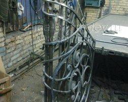 Подгонка металлического кованого изделия в кузнице
