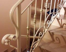 Белые кованые лестничные ограждения с патиной