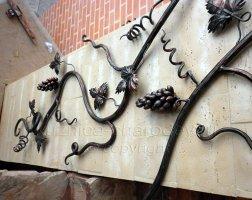 Кованые перила лестницы виноградная лоза