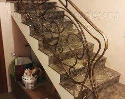 Кованое ограждение лестницы первый этаж