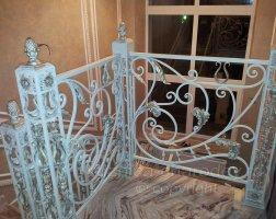 Белые кованые перила внутри дома