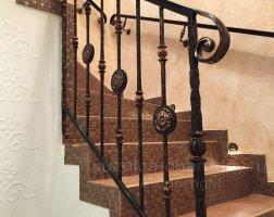 Фото лестницы с коваными перилами