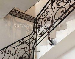 Лестничные кованые перила внутри дома