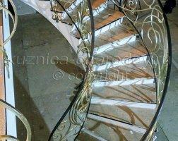 Перила кованые на винтовой лестнице в доме