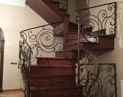Кованые перила на лестнице на второй этаж