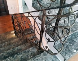 Кованые перила на лестницу с металлическим поручнем