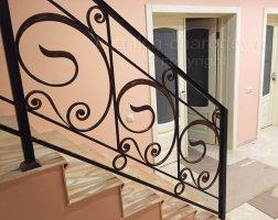 Установленные кованые перила на лестницу в доме