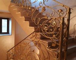 Поворот кованых перил на лестнице