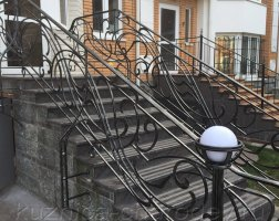 Лестничные кованые перила частного дома