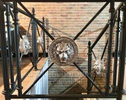 Перила с декоративными элементами львы