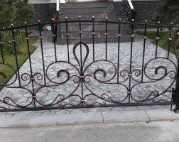Маленькие кованые ворота и калитка