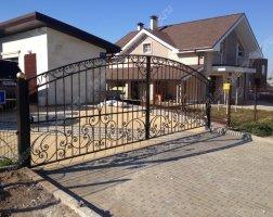 Установка кованых ворот в частном доме