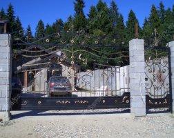 Кованые ворота на каменных столбах