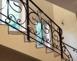 Перила кованые на лестнице дома