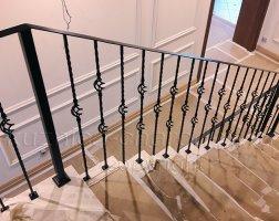 Простые кованые перила на лестнице