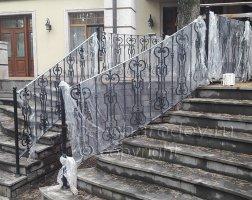 Монтаж кованых перил на крыльце дома