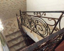 Черные перила на лестнице внутри дома, ковка